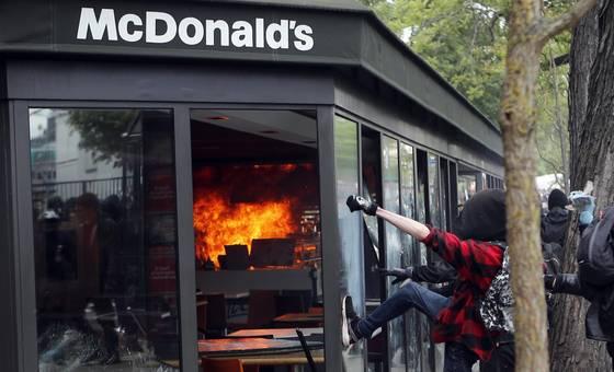 Một cửa hiệu đồ ăn nhanh McDonald và 1 cửa hàng bán xe ô tô bị đập phá, nhiều đồ đạc bị đốt cháy và cảnh sát trở thành mục tiêu bị tấn công…