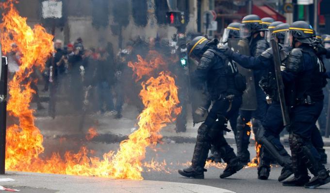 Ngay sau khi các cuộc biểu tình bạo lực bùng nổ trong chiều 1/5 tại thủ đô Paris, Tổng thống Pháp Emmanuel Macron đã lên án các hành động này và cho biết chính phủ Pháp sẽ làm tất cả để những kẻ phạm tội phải bị trừng phạt.
