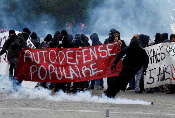 """Khoảng 1.200 phần tử cực đoan của nhóm có tên gọi là """"black blocs"""", vốn thuộc các phe cực tả, tham gia vào cuộc biểu tình chiều 1/5 tại trung tâm thủ đô Paris."""
