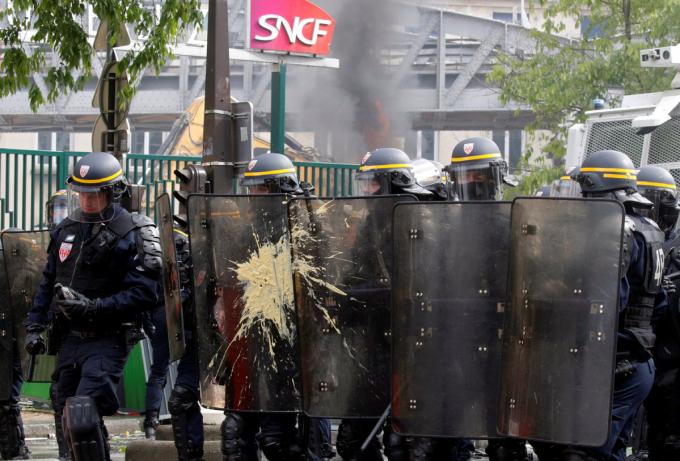 Cảnh sát phải dùng đến hơi cay và vòi rồng để giải tán đám đông.