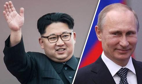 Tổng thống Nga Vladimir Putin (phải) và Nhà lãnh đạo Triều Tiên Kim Jong-un. Ảnh: Daily Express.