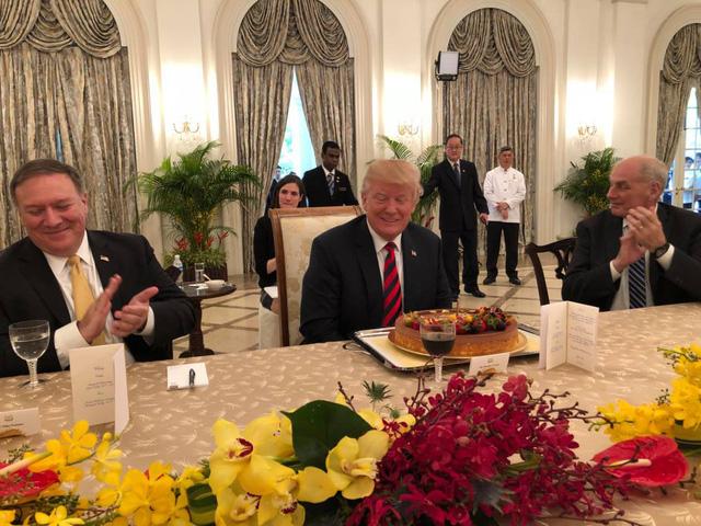 Tổng thống Mỹ Donald Trump bất ngờ nhận được chiếc bánh chúc mừng sinh nhật sớm của giới chức Singapore. (Ảnh: Twitter)