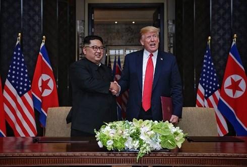 Tổng thống Mỹ Donald Trump (phải) và Nhà lãnh đạo Triều Tiên Kim Jong-un có cái bắt tay lịch sử ngày 12/6. Ảnh: AP.