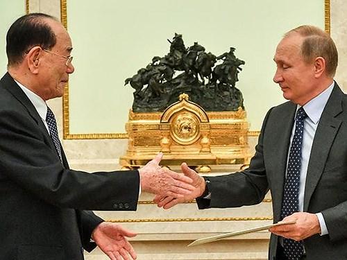 Tổng thống Nga Vladimir Putin bắt tayChủ tịch Quốc hội TriềuTiên Kim Yong-nam tại Điện Kremlin, Moskva ngày 14/6. Ảnh: AFP.