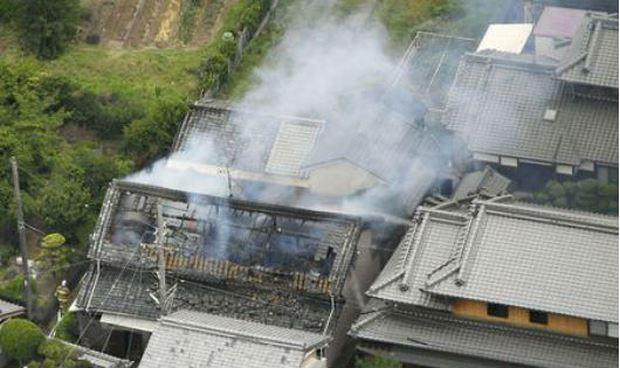 Khói bốc lên từ một ngôi nhà bốc cháy do động đất.