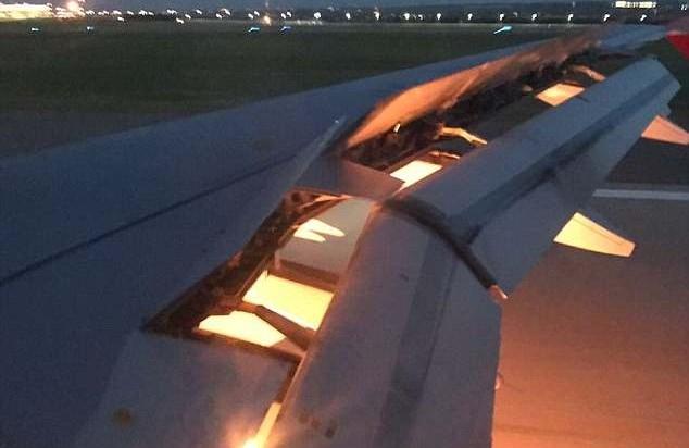 Lửa cháy khu vực động cơ máy bay.(Nguồn: Italaal/Twitter)