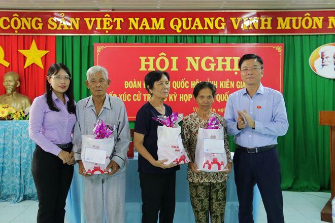 Bộ trưởng Bộ Tư pháp Lê Thành Long cùng Đoàn ĐBQH tỉnh KiênGiang tặng quà cho gia đình có hoàn cảnh khó khăn.