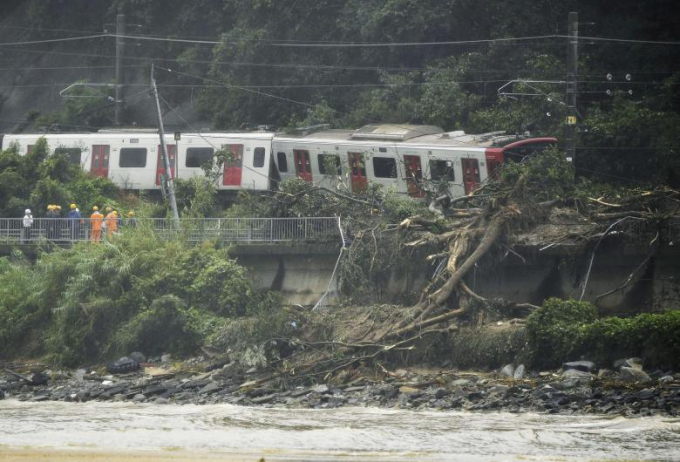 Giao thông bị tắc nghẽn, mưa lũ khiến cây cối bị đổ, chắn ngang đường tàu làm ảnh hưởng đến quá trình đi lại. Tàu hỏa bị trật bánh do vụ lở đất sau trận mưa lớn ở Karastu.