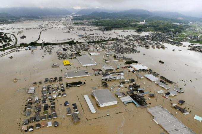 Nhà cửa, đường xá ngập trong biển nước.Các nhà chức trách Nhật Bản đang lên kế hoạch sử dụng khoảng 20 xe hút nước chạy liên tục để tháo bớt nước ở những khu vực bị ngập. Chiến dịch hút nước này có thể sẽ phải kéo dài tới 2 tuần mới có thể hoàn tất.