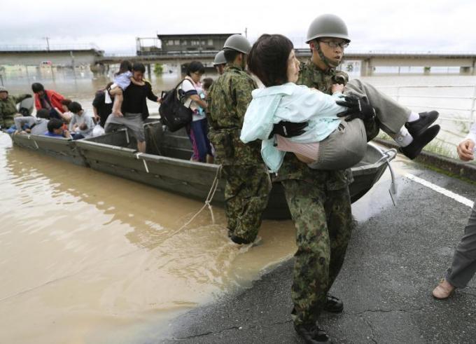Lực lượng quân đội, cứu hộ sơ tán và giải cứu những người bị mắc kẹt.