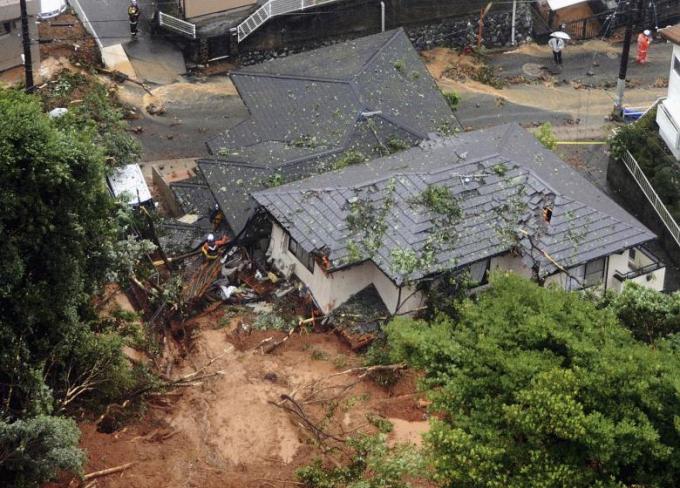 Nhà cửa bị hư hại, đổ nát sau những trận mưa lớn và sạt lở đất.