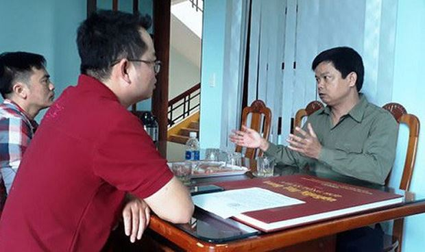 Ông Nguyễn Hữu Quế, Bí thư Huyện ủy Ia Grai (phải) chia sẻ về sự việc. Ảnh: Người lao động