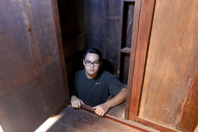 Cũng trên tầng lầu còn 1 căn hầm bí mật khác có chiều sâu 3m được ngụy trang bằng chiếc tủ gỗ, vừa đủ để 1 người chui vào khi gặp nguy hiểm.