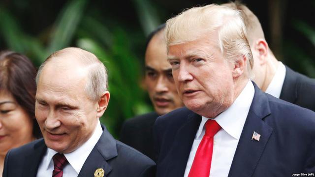 Hai nhà lãnh đạo Nga - Mỹ trò chuyện bên lề hội nghị APEC tại Việt Nam năm 2017 (Ảnh: AP)