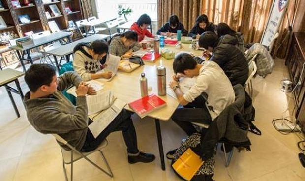 Học sinh ôn thi trong một trung tâm giáo dục tại Trung Quốc