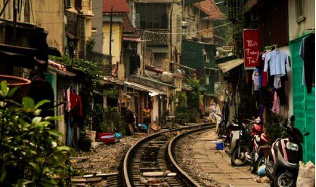 """Một đoạn đường sắt """"trong lòng"""" khu dân cư ở Hà Nội."""