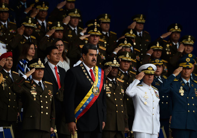 Tổng thống Venezuela Nicolas Maduro và các quan chức quân đội (Ảnh: Getty)