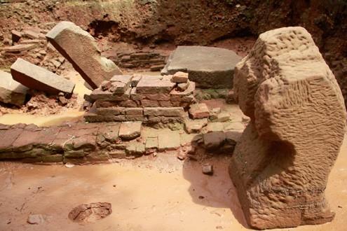 Nhiều hiện vật có niên đại trên 1.000 tuổi được phát hiện tại di tích Chăm Phong Lệ là cơ sở nhận định ở đây từng tồn tại một tổ hợp các đền tháp