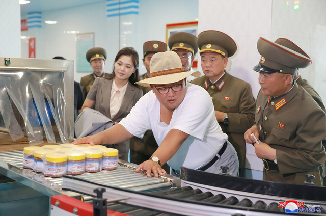 Những bức ảnh do truyền thông nhà nước Triều Tiên công bố cho thấy ông Kim Jong-un đã chọn bộ trang phục với phong cách hoàn toàn khác so với hình ảnh thông thường trong chuyến thị sát lần này.