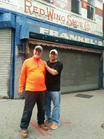 Erik Frankel (phải) chụp ảnh cùng bố trước cửa hàng bán giày của gia đình có lịch sử 128 năm ở thành phố New York, Mỹ. Ảnh:Facebook/Erik Frankel.