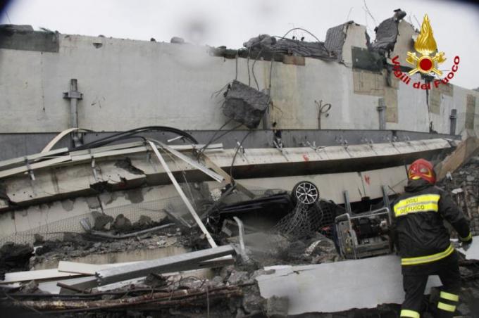 Công tác tìm kiếm, cứu hộ những người bị thương, người bị mắc kẹt vẫn đang được tiến hành.