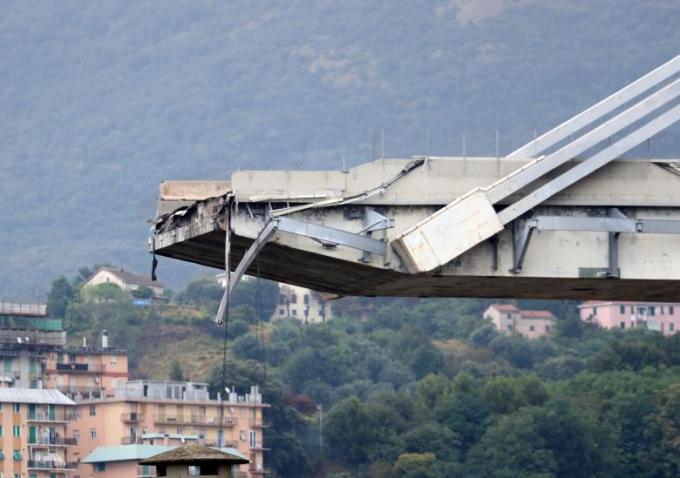 Đoạn bị sập dài khoảng 200 m,rơi xuống dòng sông, đường ray và các tòa nhà phía dưới.