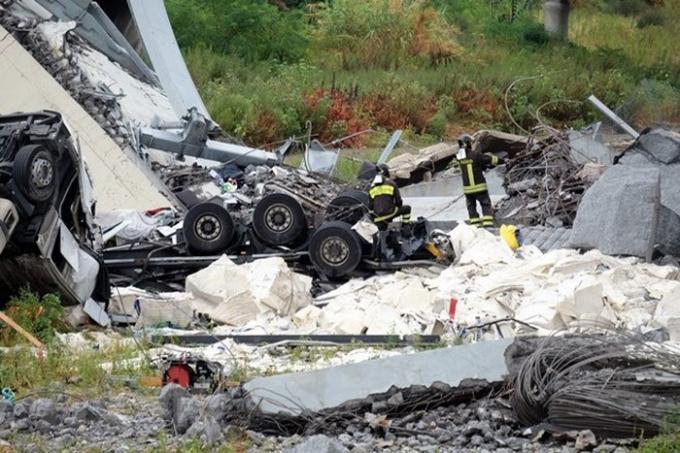 Lực lượng cứu hộ làm nhiệm vụ tại hiện trường vụ sập cầu cạn ở Genoa, Italy ngày 14/8. (Ảnh: EPA/TTXVN)