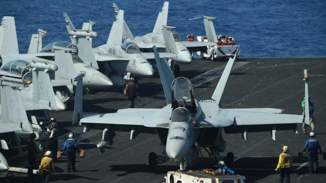Máy bay chiến đấu trên tàu sân bay USS Theodore Roosevelt của Mỹ trên Biển Đông (Ảnh: AFP)