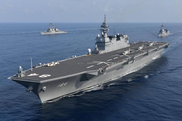 Các tàu thuộc Lực lượng Phòng vệ Hàng hải Nhật Bản và Hải quân Mỹ đã triển khai tập trận theo đội hình, tham gia diễn tập cung cấp hậu cần trên biển, trao đổi thông tin liên lạc hải quân và tiến hành các hoạt động phối hợp. Trong ảnh: Tàu sân bay trực thăng Kaga của lực lượng phòng vệ Nhật Bản (trước) cùng các tàu khu trục USS Antietam và Suzutsuki tập trận chung hôm 31/8. (Ảnh: Japan Times)