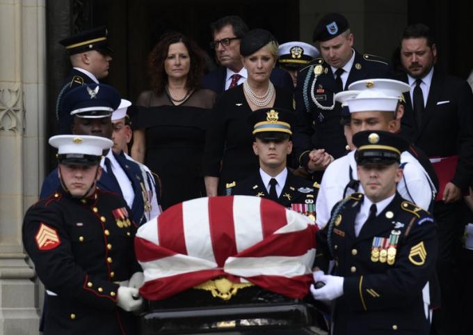 John McCain trong những năm cuối cuộc đời đã nỗ lực kêu gọi Thượng viện và chính trường Mỹ chấm dứt sự chia rẽ, nhìn nhận lại tính nhân văn trong xã hội Mỹ vượt lên trên những đối đầu đảng phái. TheoAP, trước lúc qua đời, vị thượng nghị sĩ Mỹ mong muốn những bài điếu văn tại tang lễ của mình phải thể hiện được lý tưởng mà ông theo đuổi.