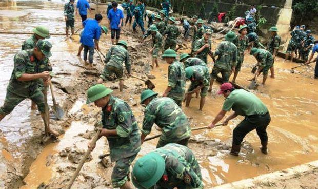 Trung đoàn 754 dọn bùn tại Trường Phổ thông Dân tộc bán trú THCS xã Nà Ớt