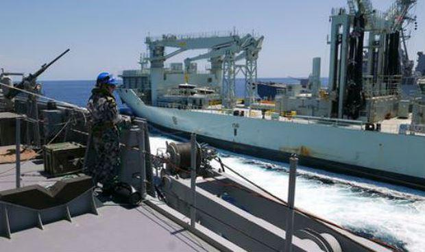 Thủy thủ trên tàu khu trục Australia quan sát tàu khu trục Canada tới tham gia tập trận.