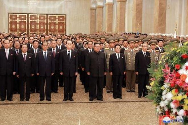 Ông Kim Jong-un vào lăng viếng ông nội và cha.