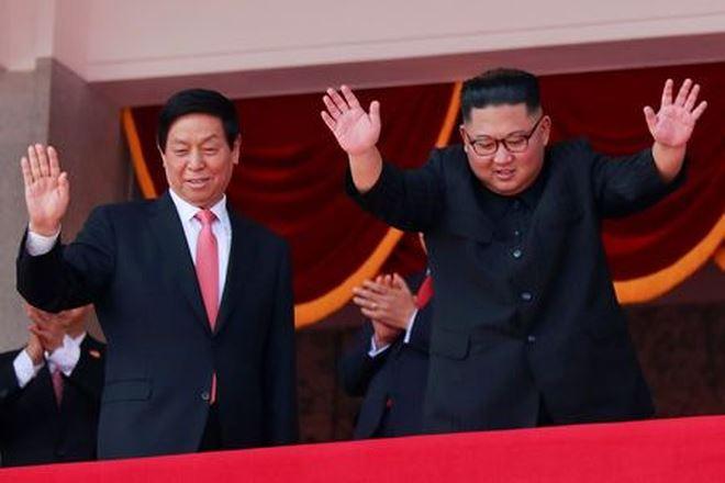 Nhà lãnh đạo Triều Tiên Kim Jong-un (bên trái).