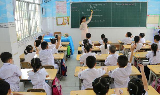 """Giáo viên hướng dẫn các em học """"Tách lời thành tiếng"""" theo quy trình 4 việc"""