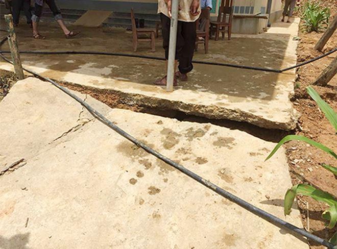 Những đoạn xuất hiện vết nứt đã khiến sân trường bị đứt đôi.