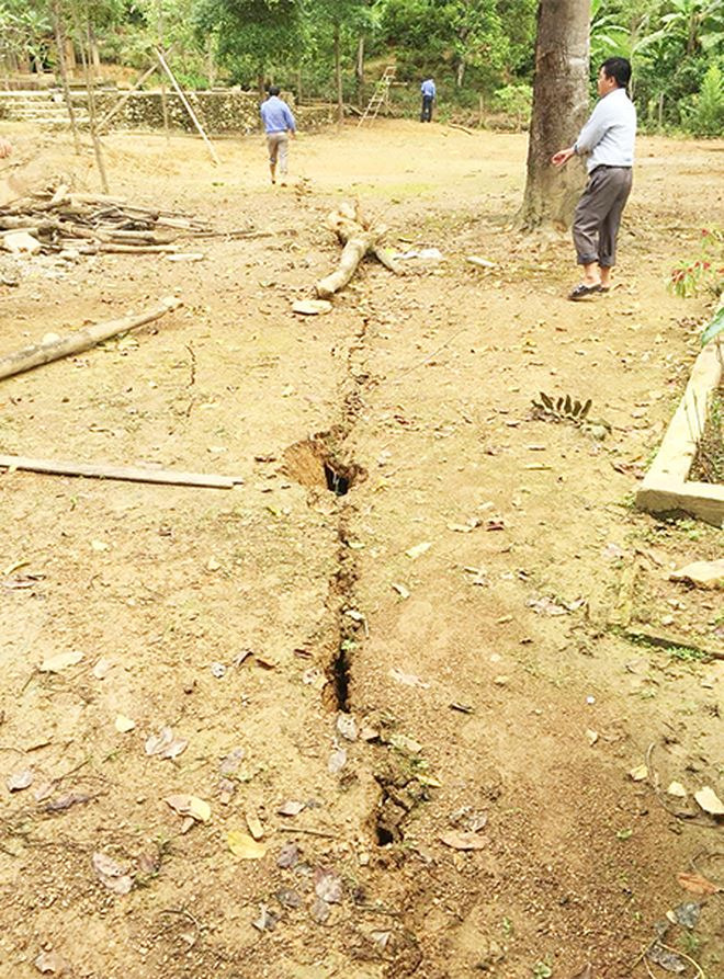 Vết nứt chạy qua khu dân cư.