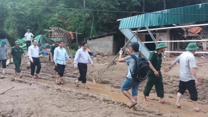 Trưởng ban Tổ chức Trung ương Phạm Minh Chính thăm bà con vùng lũ Mường Lát