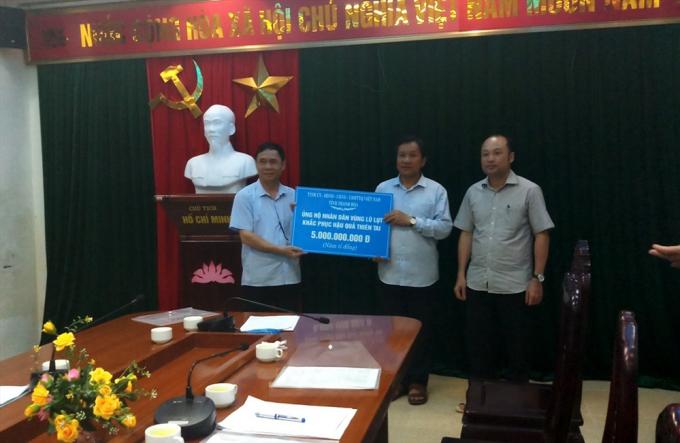 Đại diện tỉnh Thanh Hóa và Ngânhàng Thương mại Cổ phần Ngoại thương Việt Nam trao hỗ trợ cho huyện Mường Lát để khắc phục thiệt hại sau lũ.