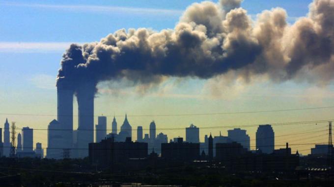 Tòa tháp đôi Trung tâm thương mại thế giới trở thành mục tiêu tấn công của bọn khủng bố.