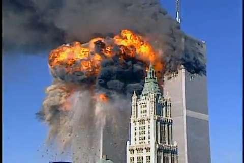 Hình ảnh Tòa tháp đôi Trung tâm thương mại thế giới bốc cháy vào ngày 11/9/2001.