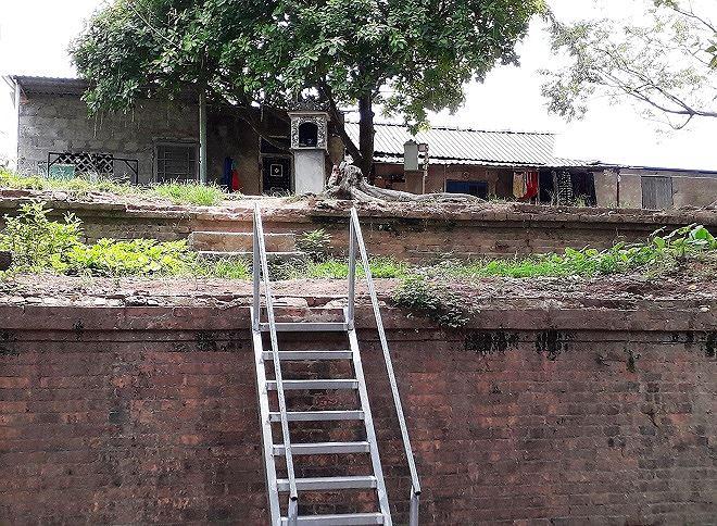 Những ngôi nhà tạm bắc cầu thang sắt làm lối đi lên.