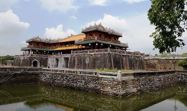 Kinh thành Huế đang bị xâm hại bởi cuộc sống tạm bợ của hàng nghìn hộ dân.