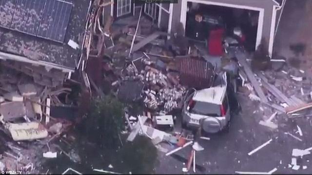 1Cảnh tượng tan hoang tại hiện trường một vụ nổ gas ở thị trấn Lawrence nhìn từ trên cao.