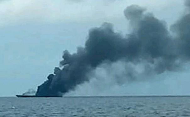 PhàFungka Permata V chở 147 người bị bốc cháy và chìm.