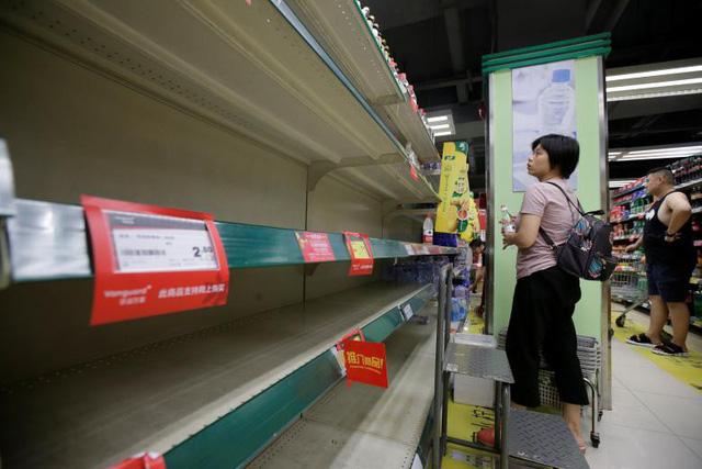 Bão lớn đổ bộ khiến các mặt hàng trong siêu thị đều