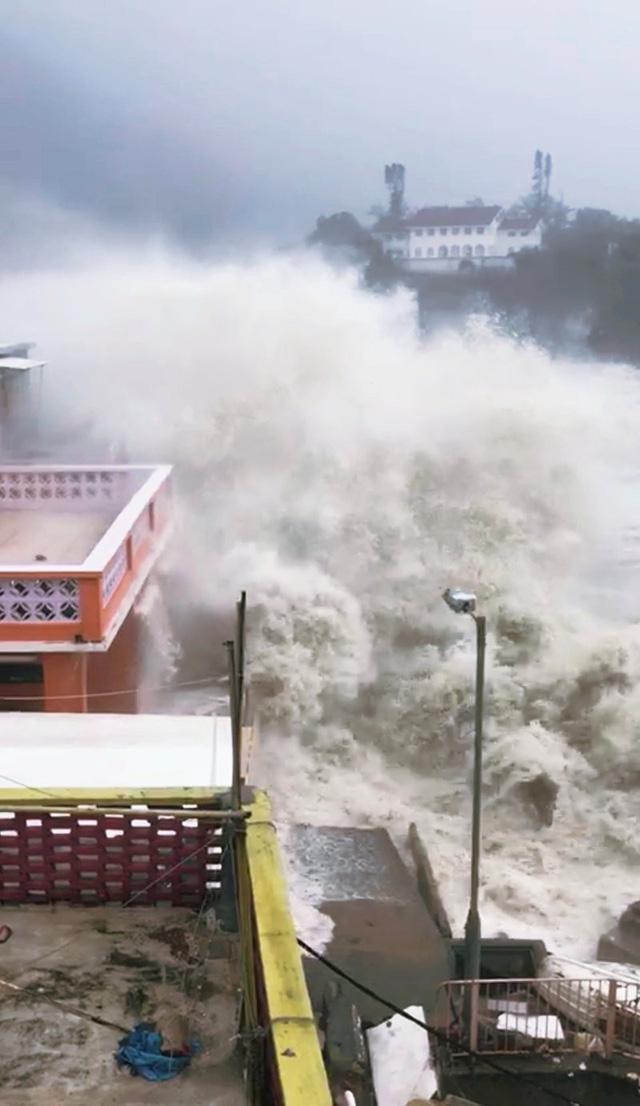 Sau khi rời Philippines, trưa ngày 16/9, bãoMangkhut đã tấn công và càn quét Hong Kong với sức gió hơn 200km/h.Cơ quan khí tượng thủy văn Hong Kong đã đưa ra mức cảnh báo cấp 10.