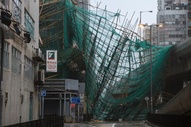 Các ngôi nhà cao tầng kiên cố cũng lắc lư do gió giật khi bão Mangkhut đổ bộ.