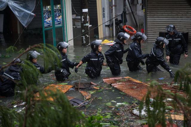 Lực lượng cứu hộ đã đến khu vực bị ảnh hưởng nghiêm trọng để trợ giúp người dân.