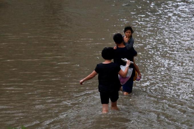 Người dân được khuyến cáo không nên ra ngoài đường, các trường học cũng được đóng cửa khi bão đổ bộ.